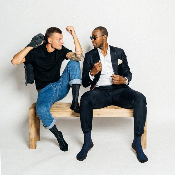 sitzende Männer in braunen und schwarzen Kaschmir Socken von PATRON SOCKS