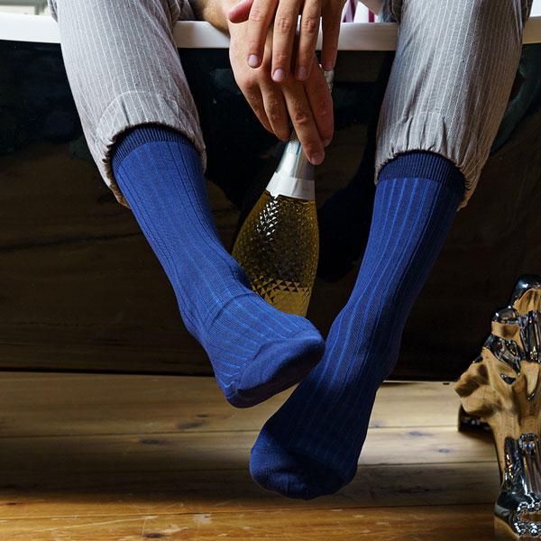 Zweifarbig blau gestreifte Herrensocken von PATRON SOCKS