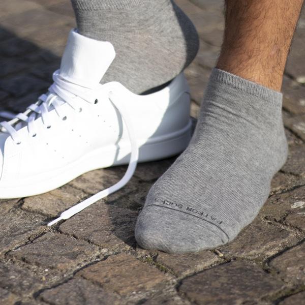 graue Sneaker Socken mit PATRON SOCKS Schriftzug