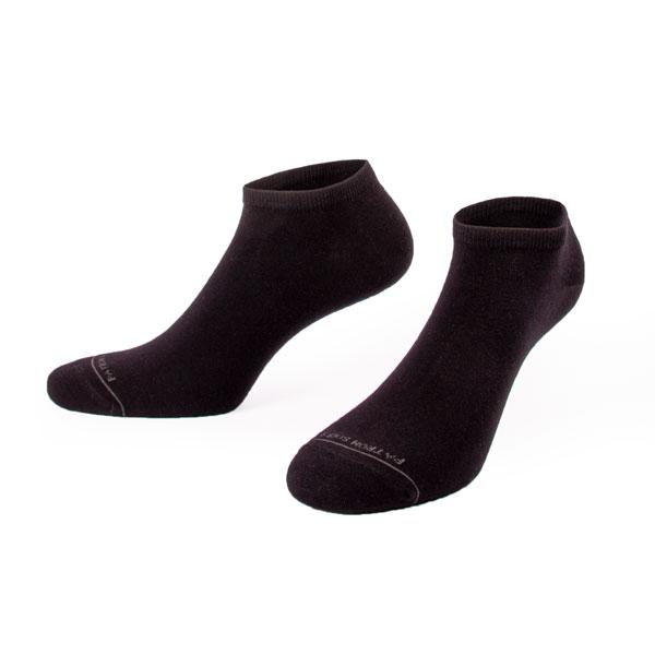 unifarbene, rutschfeste, schwarze Sneaker Socken von PATRON SOCKS