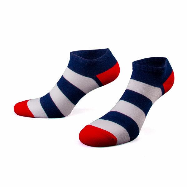 Blau weiß gestreifte Sneaker Socken mit roter Ferse von PATRON SOCKS