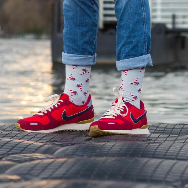 Coole graue lustige Socken mit rot weißen Flugzeugen von PATRON SOCKS in grauen Nike Schuhen