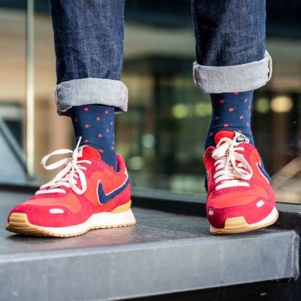 Gepunktete blau rote bunte lustige Socken von PATRON SOCKS in roten Nike Schuhen