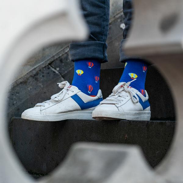 Knallige blaue lustige Socken mit Heißluftballon Motiven von PATRON SOCKS in Pony Schuhen