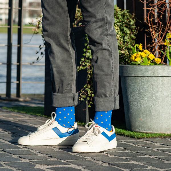 Gepunktete blau orang bunte lustige Socken von PATRON SOCKS in weißen Schuhen