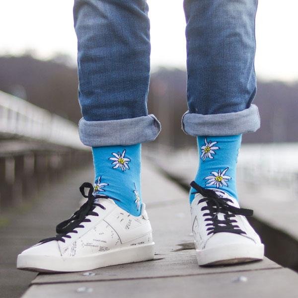 Farbenfrohe blau weiß bunte lustige Edelweiss Socken von PATRON SOCKS in weißen Ponys