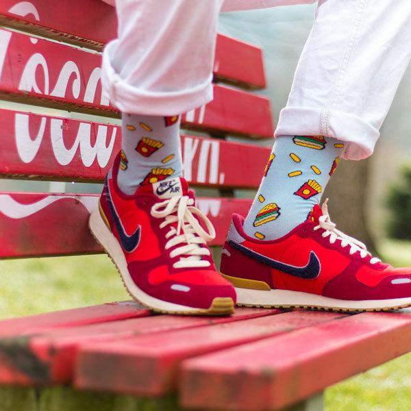Blaue bunte lustige Socken mit Fast Food von PATRON SOCKS in roten Nikes