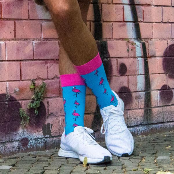 Türkis bunte lustige Socken mit pinken Flamingos von PATRON SOCKS an weißen Schuhen