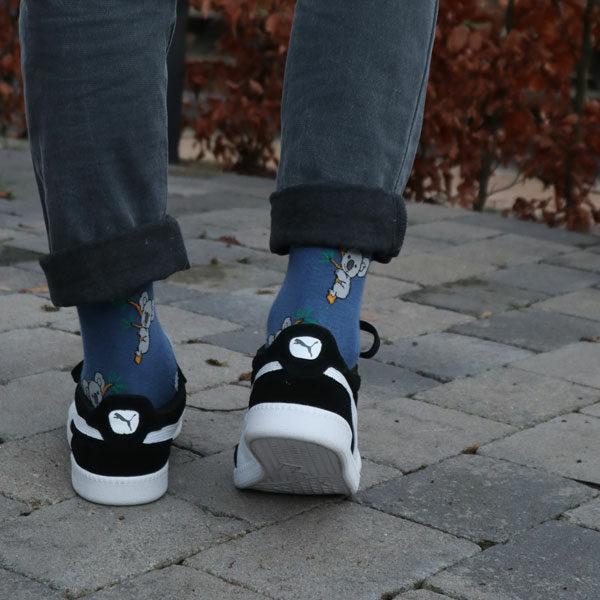 Coole blaue lustige Koala Socken von PATRON SOCKS in schwarzen Puma Schuhen