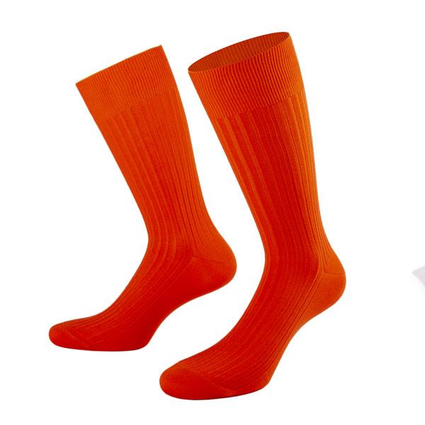 orange Socken am Modell von PATRON SOCKS