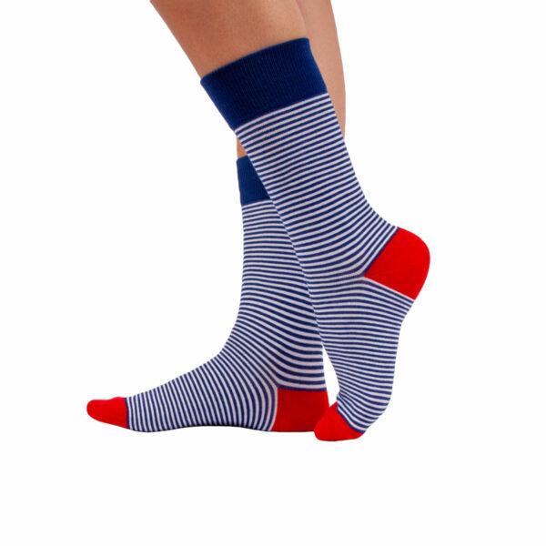 Gestreifte blau weiße bunte lustige Socken von PATRON SOCKS am Fuß