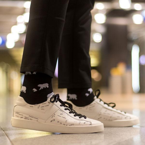 Lustige schwarz weiße Eisbär Socken von PATRON SOCKS