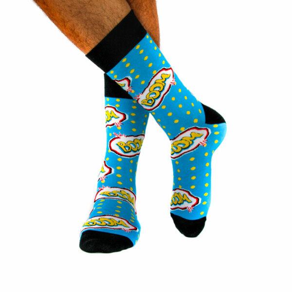 """Blau gelbe lustige Socken """"Boom"""" von PATRON SOCKS am Fuß"""