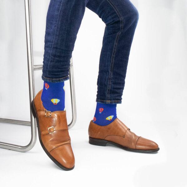 "Knallige blaue bunte lustige Socken ""Heißluftballon"" von PATRON SOCKS in braunen Monks"