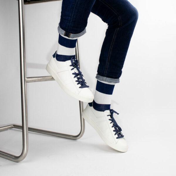 Gestreifte blau weiße bunte lustige Socken von PATRON SOCKS in weißen Pony Schuhen