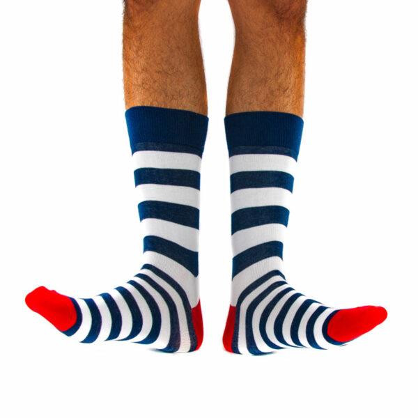 Gestreifte blau weiße bunte crazy Socken von PATRON SOCKS am Fuß