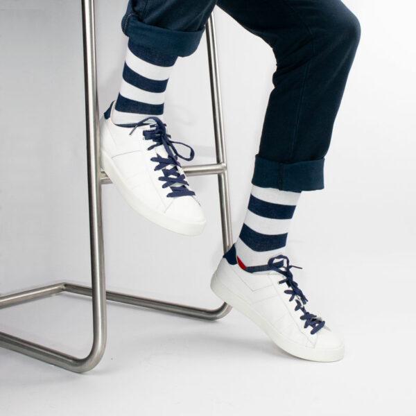 Gestreifte blau weiße bunte lustige Herrensocken von PATRON SOCKS in weißen Pony Schuhen