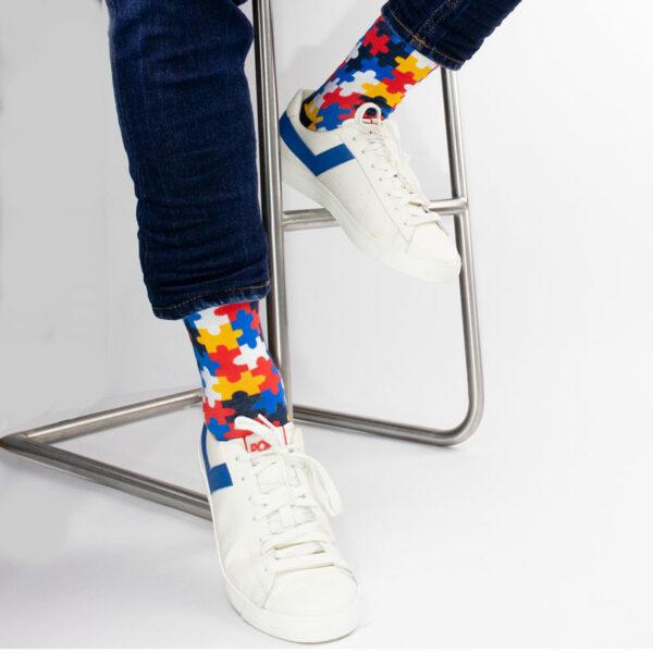 """Knallige mehrfarbige lustige Socken """"Puzzle"""" von PATRON SOCKS in weißen Pony Schuhen"""