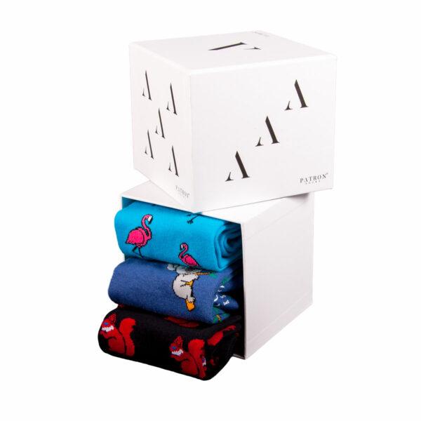 Mehrfarbige lustige türkisfarbenen Flamingo blaue Koala und schwarze Eichhörnchen Socken von PATRON SOCKS in einer Geschenkbox