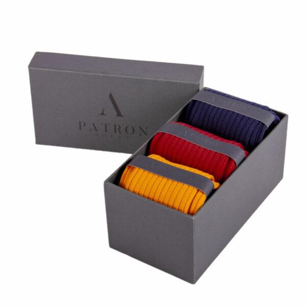 Qualitativ hochwertige Marineblaue, Rote und Safrangelbe Business Socken von PATRON SOCKS in einer luxuriösen Geschenkbox