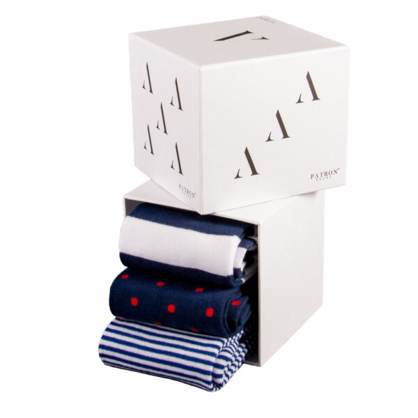 Mehrfarbige lustige Socken mit blau weißen Streifen und roten Punkten von PATRON SOCKS in einer Geschenkbox
