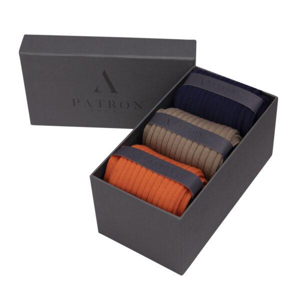 Qualitativ hochwertige Marineblaue, Mittelbraune und Orange Business Socken von PATRON SOCKS in einer luxuriösen Geschenkbox