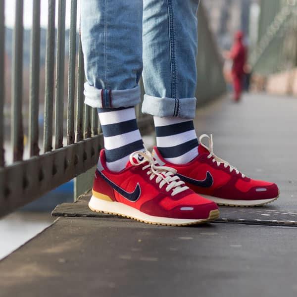 Gestreifte blau weiße bunte lustige Socken von PATRON SOCKS in roten Schuhen